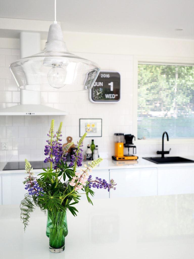 Yläkaapiton vaalea keittiö, Porvoo
